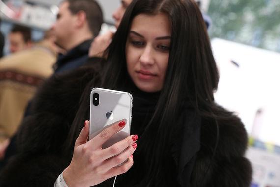 Новый iPhone X в руках покупателя