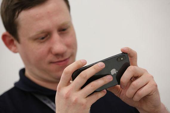 iPhone X с памятью 64 Гб   стоит 79 990 руб., с памятью 256 Гб - 91 990 руб.