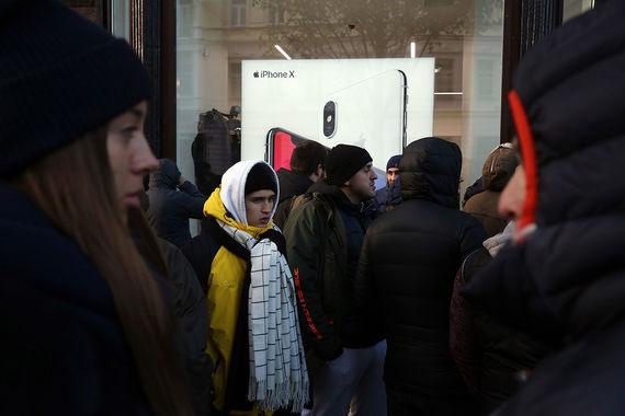 В re:Store на Тверской улице в Москве к 9.00 мск закончились iPhone X с объемом памяти 256 Гб, сообщает RNS со ссылкой на сотрудника магазина