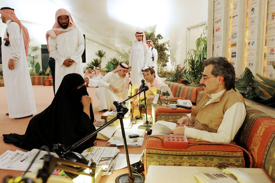 Принц-миллиардер Аль-Валид бин Талал (на архивном фото справа, во время приема граждан) потерял свободу и более $1 млрд из-за падения котировок его компании Kingdom Holding