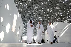 Внутри посетителей ожидает счастье. Сквозь кружевной купол струится свет, преображая площадь, окружённую морем