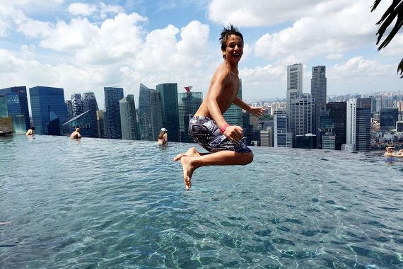 Аналитики Euromonitor International отмечают не снижающуюся популярность азиатских городов: в первой десятке их шесть, а в топ-100 - 41. Причем рост доли Азии идет не за счет падения интереса к Европе или Америке, а именно за счет роста числа туристов, подчеркивают в отчете. Например, в Сингапур в 2017 г. приехало на 6% больше, чем в 2016-м