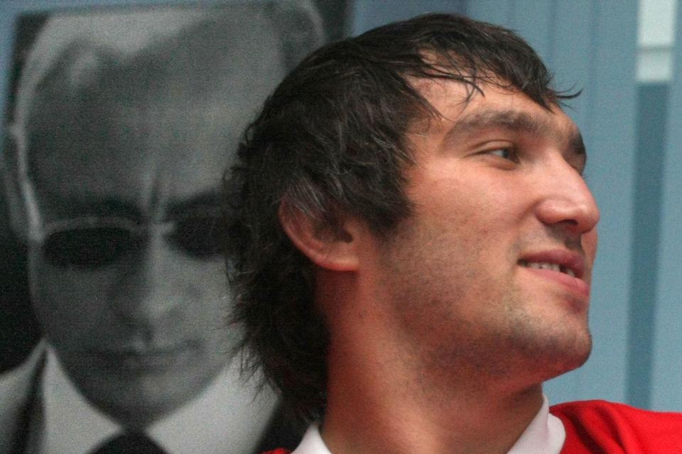 Хоккеист Александр Овечкин поддерживает президента Владимира Путина (на заднем плане) давно и открыто