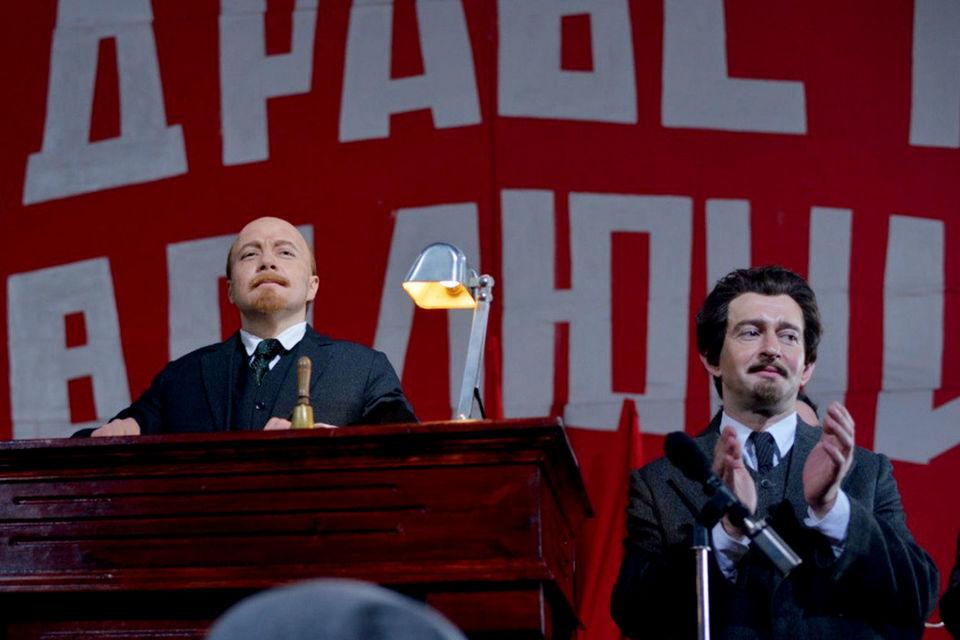 Троцкий выглядит как идеократ, который равно презирает гламурную (буржуазную) «сволочь» и тюремную империю (на фото: кадр из сериала)