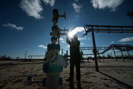 В отношении судьбы пакта ОПЕК+ есть две опции – продлить сделку на встрече или отложить решение ближе к ее окончанию в I квартале 2018 г., рассказал в интервью Bloomberg министр нефти Омана Мухаммед аль-Румхи