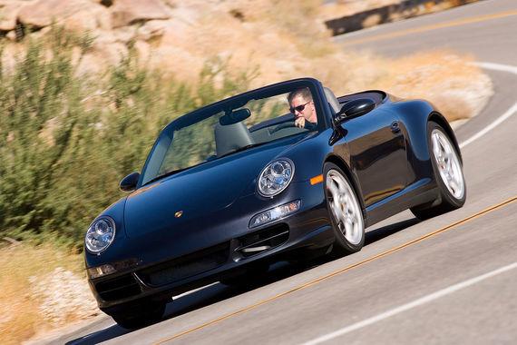 При построении рейтинга учитывались только «серьезные дефекты», т. е. не позволяющие по достаточно строгим немецким правилам получить допуск к движению по дорогам общего пользования. Так, у лидера рейтинга 2018 г. Mercedes SLK в среднем только две машины из 100, представленных на техосмотр, имели серьезные неисправности. Среди 10-11-летних Porsche 911 (на фото) - 12,2% машин с серьезными дефектами при средних для этого возраста 26,5%. В среднем во всех возрастных категориях доля дефектных машин - 19,9%