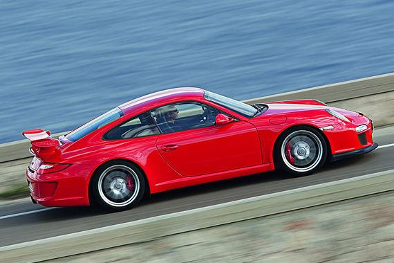 В исследовании рассматривается 225 самых распространенных моделей европейского рынка, разбитые на пять возрастных групп без уточнения классов автомобилей. Среди 6-7-летних машин меньше всего неисправностей эксперты обнаружили в Porsche 911 (Typ 977, на фото). Чуть хуже него показали себя при техосмотре Audi Q5 и TT, Honda CR-V, Mazda 3, BMW X1, Kia Venga, VW Golf Plus, Audi A4/A5 и Ford Fusion