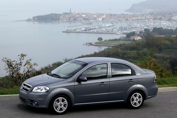 В рейтинге TÜV всего две модели Chevrolet, и они обе попали в антитоп-5 автомобилей с наибольшим числом существенных неисправностей. На фото Aveo – аутсайдер среди 6-7-летних автомобилей  с долей неисправных автомобилей 29,3% (среднее для 6-7-летних - 15,7%). Самыми слабыми в этом возрасте немцы также считают Citroen C4, Fiat Panda, Renault Twingo, Kia Rio, Peugeot 206, Dacia Logan и Sandero