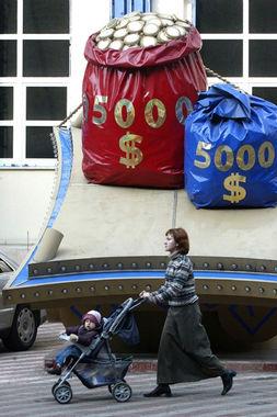 Чуть реже в МФК обращаются должники-алиментщики и неплательщики за коммунальные услуги, чтобы погасить текущие обязательства и снять ограничения на выезд за границу. Среди них, по наблюдениям сотрудников «Домашних денег», много дальнобойщиков, которые выезжают в страны ближнего зарубежья – на Украину, в Белоруссию, Казахстан и т. д.
