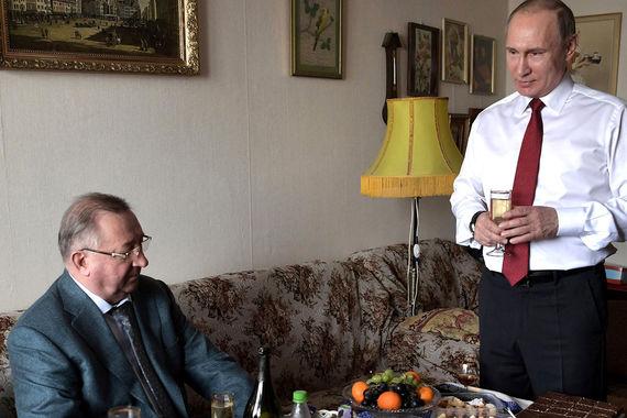 У президента «Транснефти» Николая Токарева, так же как и у Чемезова, ордена «За заслуги перед Отечеством» от IV до II степени, ордена Почета и Дружбы