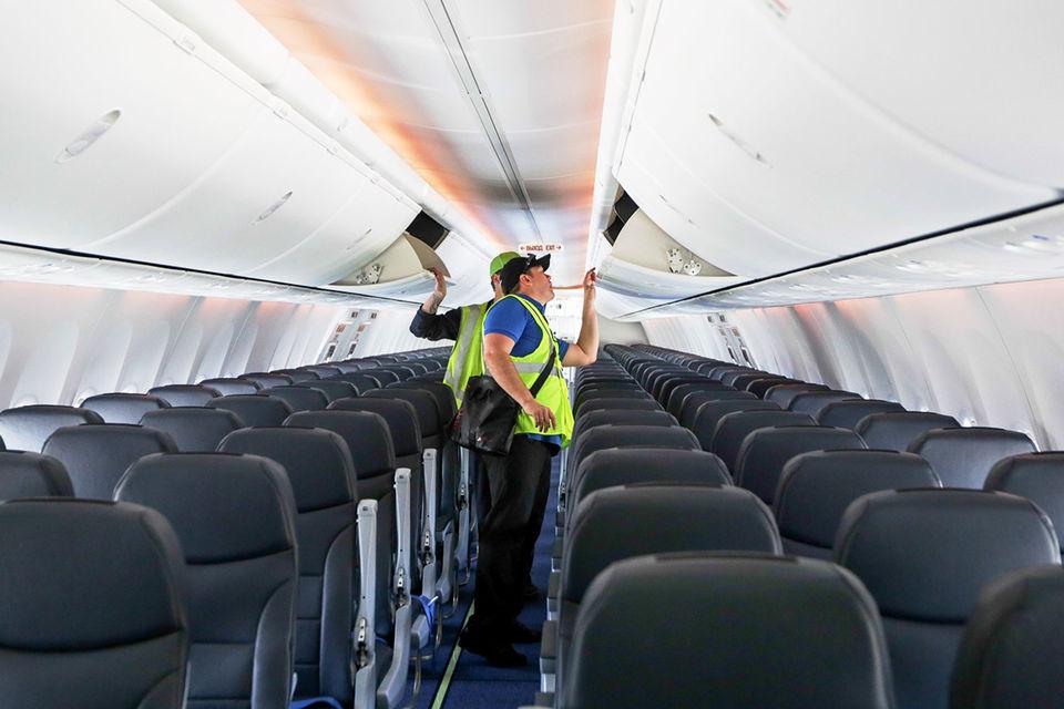 С 5 ноября в России вступили в силу новые правила провоза ручной клади в самолетах. Минимальный вес ручной клади, которую можно провозить бесплатно, сокращается с 10 до 5 кг, сообщал ТАСС