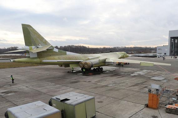 Неокрашенный самолёт выкатили из нового ангара, построенного по программе модернизации завода. На фото видны открытые створки большого отсека вооружений ракетоносца