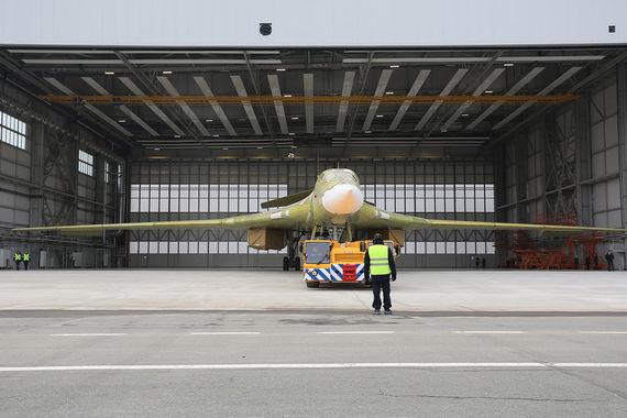 В четверг на Казанском авиационном заводе (входит в подконтрольный ОАК «Туполев»)  состоялась церемония выкатки на летно-испытательную станцию нового достроенного стратегического бомбардировщика Ту-160М