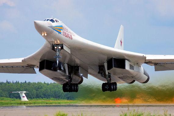 В советское время построили 33 Ту-160  (включая опытные и  предсерийные). В 1992 г. на территории России осталось  лишь шесть таких  машин, а на Украине - 19.  В 1999 г. Украина передала в  обмен на  списание долга за газ восемь Ту-160, остальные были разделаны  на  средства помощи США. Сейчас на вооружении ВКС России находится 15   Ту-160 (еще один был потерян в катастрофе)