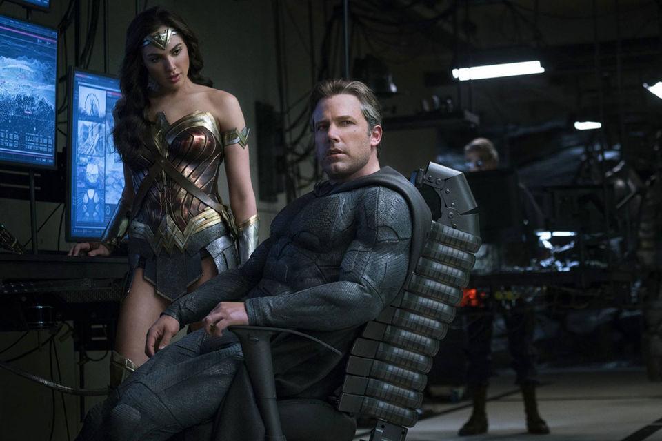 Чудо-женщина определенно неравнодушна к Бэтмену, но он слишком занят судьбами мира