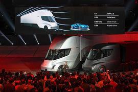Версии грузовиков Semi с высокой и стандартной кабиной. В высокой водитель может встать в полный рост
