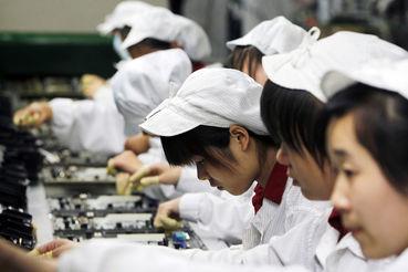 Перед выходом на рынок новой модели iPhone у поставщиков Apple самое горячее время, а студентов можно легко привлечь для выполнения возросшего объема работ