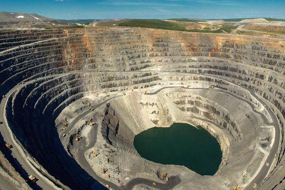 В том же 2009 г. «Нафта-Москва» купила у Владимира Потанина за  $1,3 млрд 37% акций компании «Полюс золото» - крупнейшего производителя  золота в России