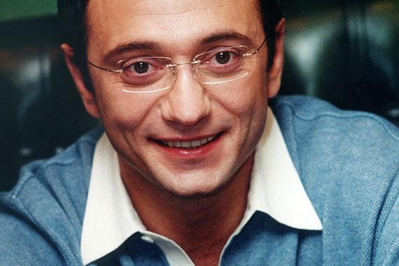 В 2003 г.  «Нафта-Москва» получила заем у Внешэкономбанка, который был  инвестирован в акции компании ОАО «Газпром». В следующем году Сбербанк  предоставил структурам Керимова заем в общем размере $3,2 млрд. К 2006 г.  «Нафта-Москва» стала владельцем 4,25% акций «Газпрома» и 5,6% акций Сбербанка