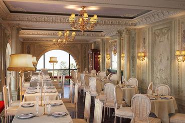 Café Pouchkine Madeleine занимает трехэтажный особняк на площади Мадлен в Париже