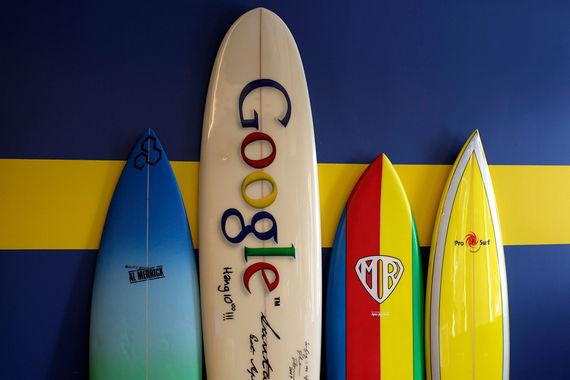 У первых инвесторов компании Google было условие для ее развития – сооснователи Google Ларри Пейдж и Сергей Брин должны были передать управление внешнему директору. Им стал Эрик Шмидт, который ко времени IPO довел выручку до $1,42 млрд, а к своей отставке в 2011 г. – до $30 млрд. В будущем основатели стартапов начали бунтовать против того, что их заменяют на менеджеров. Но, заключает CB Insights, в случае с Google внешний руководитель стал находкой