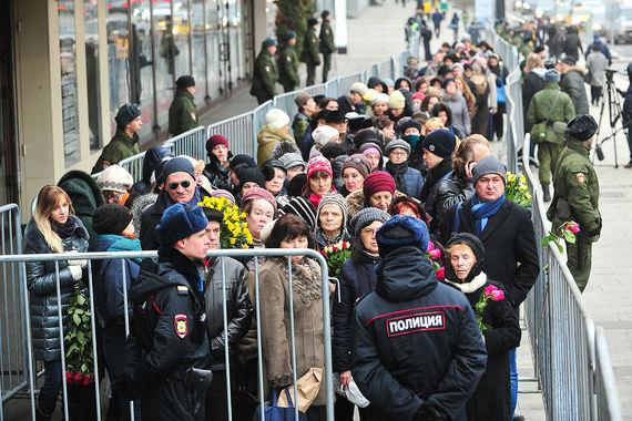 Сотни человек пришли проститься с оперным певцом Дмитрием Хворостовским на гражданскую панихиду в Москве