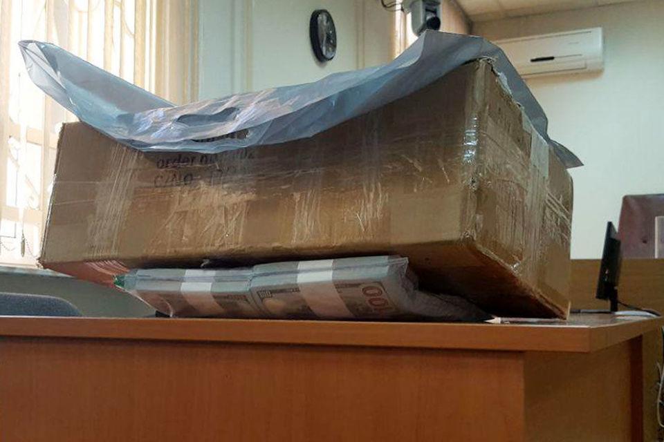 В ноябре коробку с деньгами как вещественное доказательство доставили в Басманный суд