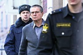 Алексей Улюкаев (в центре) так и не дождался в суде ни Игоря Сечина, ни его показаний