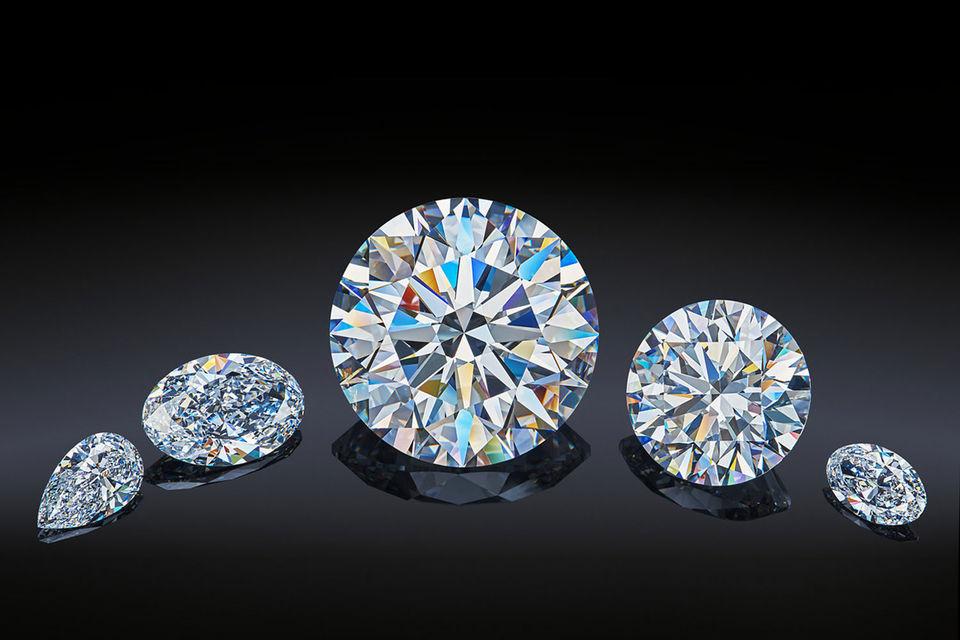 Пять камней сделаны из одного алмаза весом 179 каратов, добытого компанией в Якутии