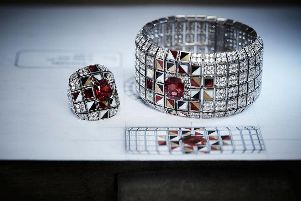 В первую «русскую» коллекцию Chanel вошли семь колец и браслетов