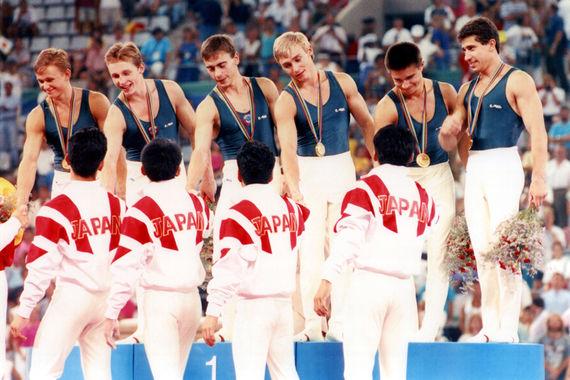 На летних Играх Объединенная сборная заняла первое место в общемедальном зачете, завоевав 112 медалей, из которых 45 - золотых. На фото: чемпионы по спортивной гимнастике - спортсмены Объединенной сборной