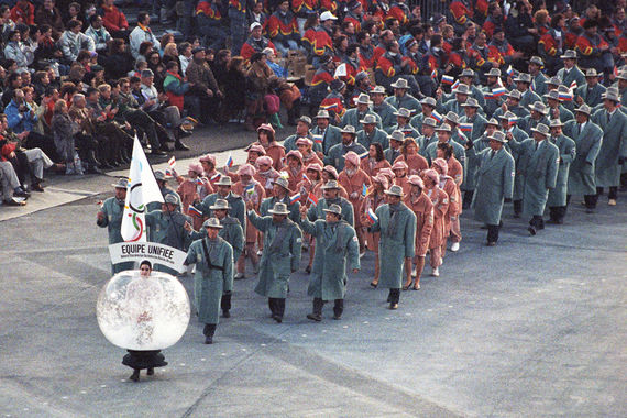 В 1992 г. российские спорстсмены участвовали в зимних и летних Олимпийских играх в составе Объединенной команды, куда также входили спортсмены бывших республик СССР (кроме Литвы, Латвии и Эстонии). На фото: Объединенная команда на церемонии открытия XVI Олимпийских игр