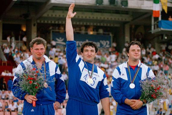 В одной из дисциплин легкой атлетики (метание молота) весь пьедестал заняли спортсмены Объединенной команды (на фото слева бронзовый призер россиянин Игорь Никулин)