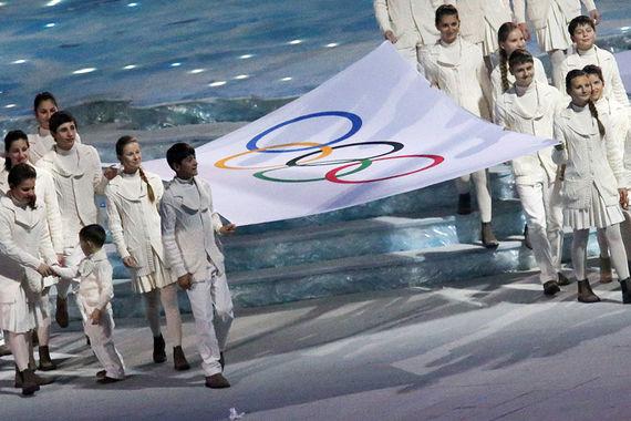 МОК допустил российских спортсменов к участию в Олимпиаде под  Кадр с церемонии открытия Олимпийский игр в Сочи МОК допустил российских спортсменов к участию в