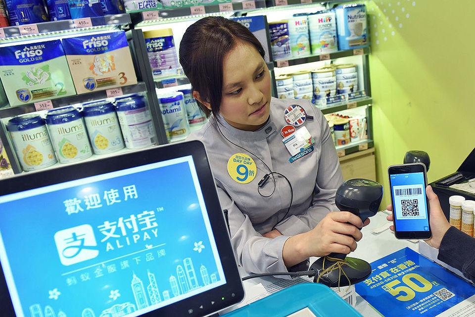 Alipay использует мобильное приложение, которое при оплате сканирует QR-код