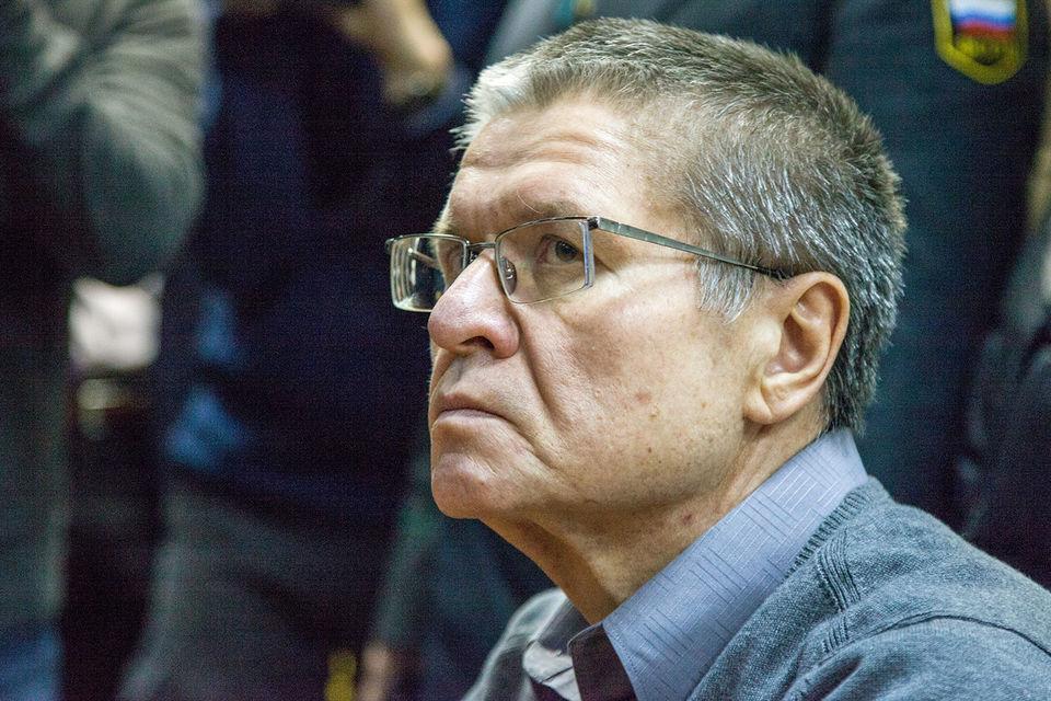 Гособвинение считает вину Улюкаева в получении взятки в $2 млн полностью  доказанной. Для него требуют 10 лет колонии строгого режима со штрафом в  500 млн руб. — в пятикратном размере суммы взятки