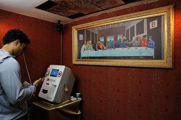 Волатильность – одна из причин, мешающих биткойну быть полноправным платежным средством (на фото биткойн банкомат в Гонконге)