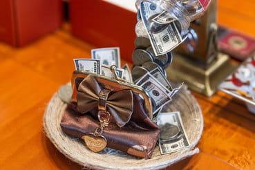 Некоторые операции и вовсе запрещены: например, на иностранные счета  нельзя зачислять доходы от трастов, деривативов, продажи зарубежной  недвижимости, а до 2018 г. – от продажи ценных бумаг