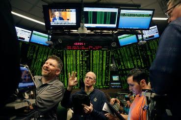 Комиссия по срочной биржевой торговле США (CFTC) разрешила Cboe (на фото), а также  чикагской бирже CME Group начать торги фьючерсами на биткойн 1 декабря,  сообщала WSJ