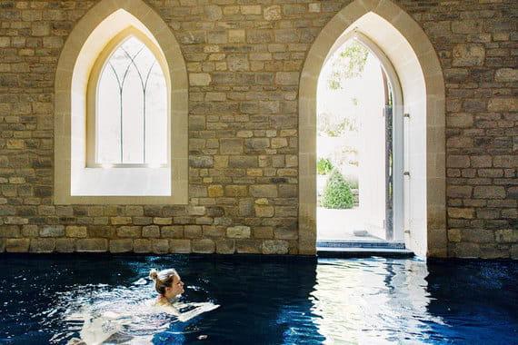 Лучший загородный спа - The Spa & Bath House в The Royal Crescent Hotel & Spa. Спа был обновлен в прошлом году, он включает несколько бассейнов, сауну с гималайской солью, комнату для ароматерапии. Процедуры проводят на редких косметических брендах, часть продуктов производится специально для спа