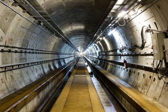 Северный и южный терминальные комплексы аэропорта соединят подземные тоннели, их строительство уже завершено. Прокладка тоннелей впервые в мире велась под действующими взлетно-посадочными полосами. Их длина – около 2 км, диаметр – 6 м. Инвестиции в тоннели и станционные комплексы составляют 17,1 млрд руб.
