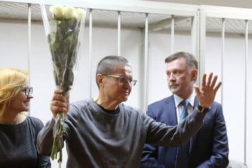 Приговор Улюкаеву – трансляция: экс-министр в зале суда, неизвестная подарила ему розы