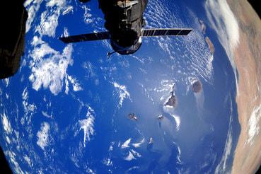70% средств – 299 млрд руб. – предлагается потратить на создание группировки спутников связи, охватывающих весь мир (на фото снимок Земли, сделанный с МКС)
