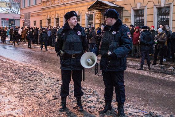 Перед началом акции столичная полиция усилила меры безопасности в районе Лермонтовского сквера. Сотрудники правоохранительных органов в мегафон призывали освободить дорогу и не мешать проходу граждан