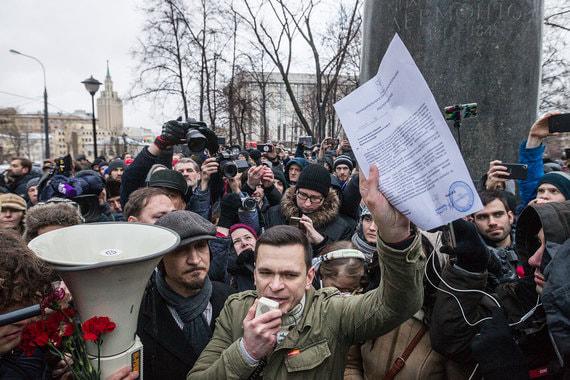 Яшин также раскритиковал систему власти на всех  уровнях, в том числе на муниципальном, призвав менять ее снизу