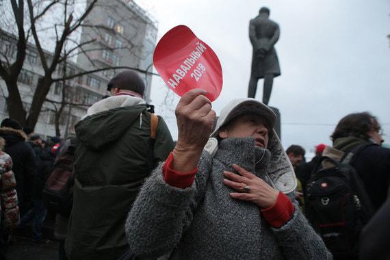 Людей с символикой почти не было, но у некоторых были значки «За Навального» и «День свободных выборов»