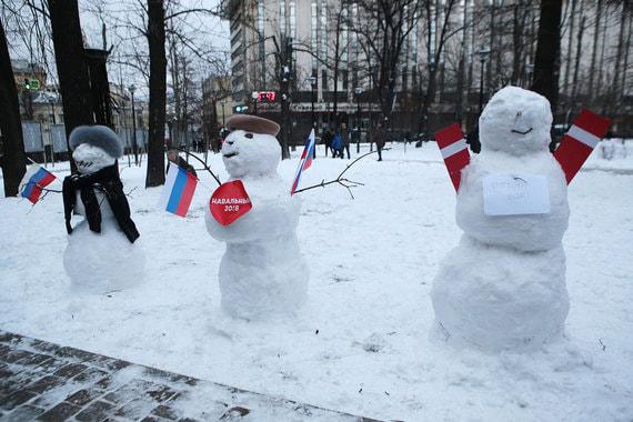 Акция «День свободных выборов» в Лермонтовском сквере должна была стать  первым массовым митингом после относительного успеха оппозиции на  сентябрьских муниципальных выборах в Москве, но широкой мобилизации не  получилось. На фото: снеговики в Лермонтовском сквере