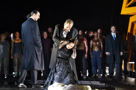Отелло (Марко Берти) унижает Дездемону (Светлана Аксенова) к большому удовольствию Яго (Клаудио Сгура)
