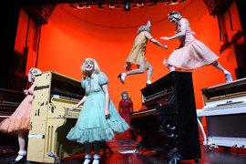 Спектакль начинается безумным концертом для 10 пианино, с которыми исполнители чего только не делают