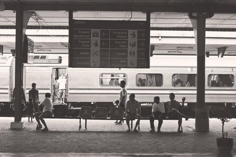 Как и везде, граждане довольны, если поезда ходят по расписанию, иругают правительство, если поезда опаздывают